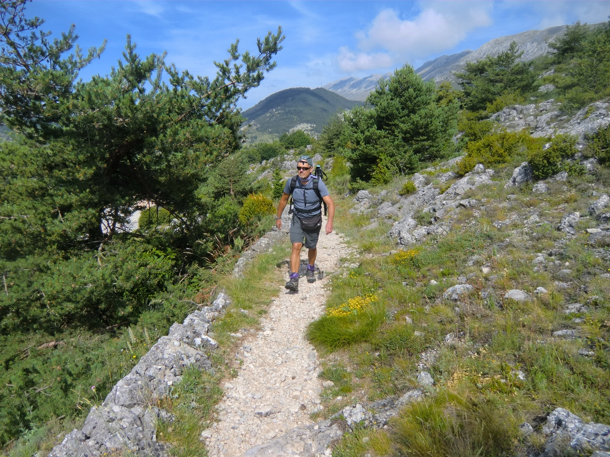 The trail from Coursegoules to Baisse de Viériou