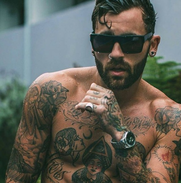 Imagen de un modelo con tatuaje caseros
