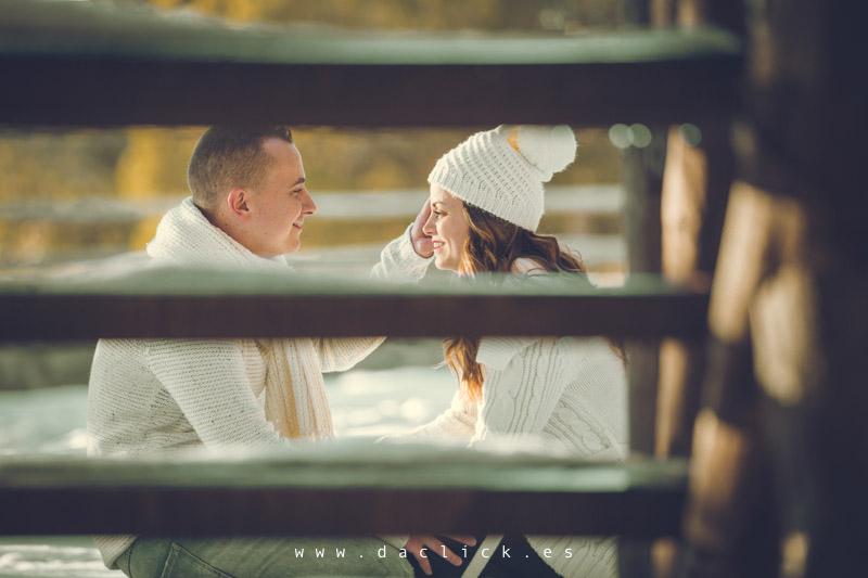 pareja a través de escalera de madera