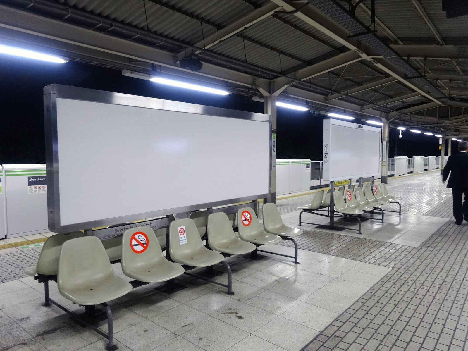 JR巣鴨駅,駅看板,ベンチ〈著作権フリー画像〉Free Stock Photos