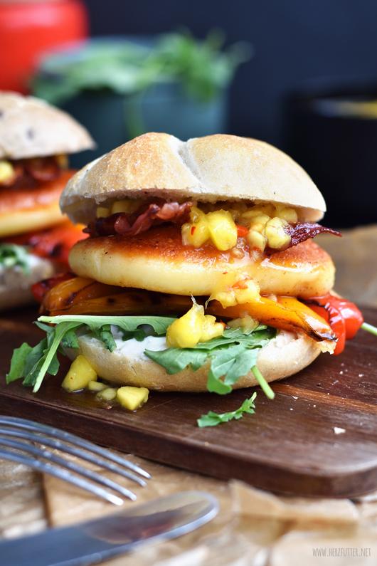 Burger mit Grillkäse und Grillgemüse