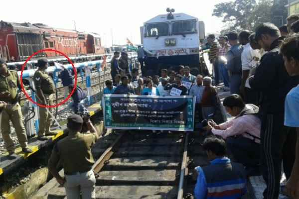 TMC के 10-12 गुंडे ट्रेन रोक रहे हैं, मोटी तोंद वाले पुलिसवाले खड़े खड़े देख रहे हैं, नो एक्शन?