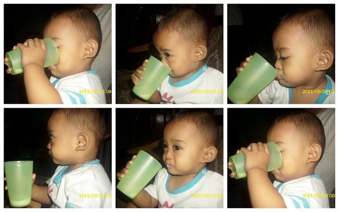 Alvin Minum Dari Gelas
