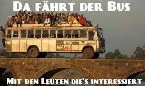 überfüllter Bus, die Leute sitzen auf dem Dach