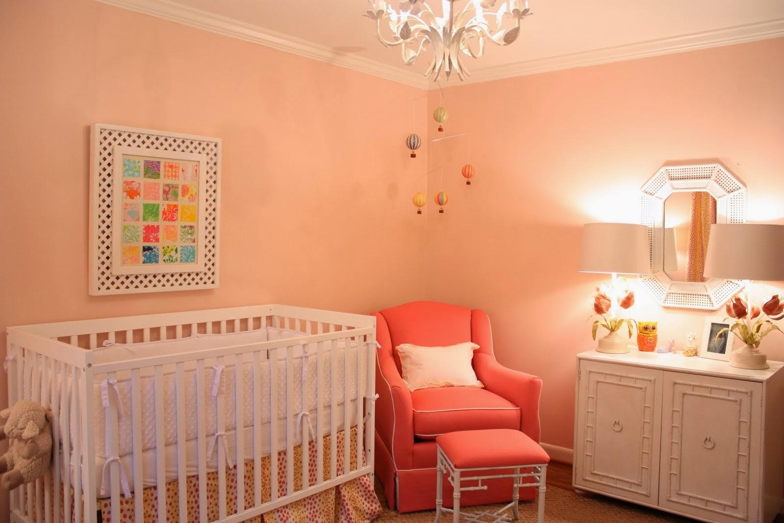 Dormitorio de beb en crema y coral dormitorios colores for Muebles habitacion bebe