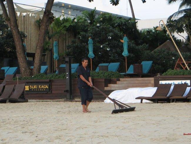 Выравнивание песка на пляже от следов