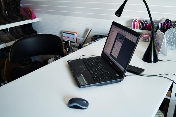 Blick hinter den Schreibtisch im Fotostudio { by it's me! }