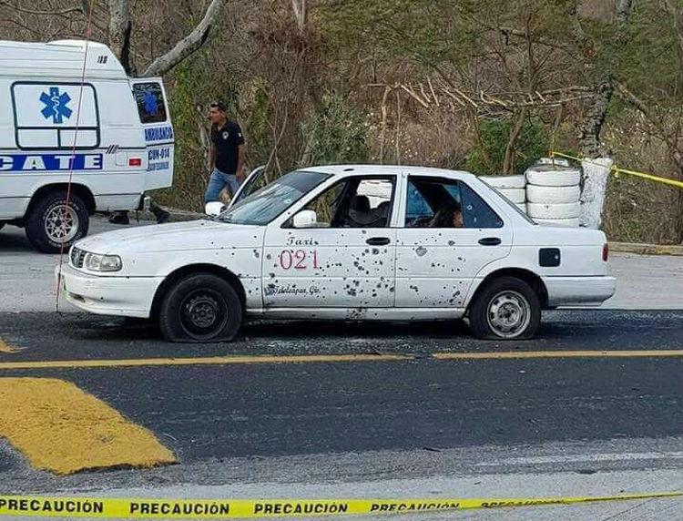 Comando armado ejecuta a dos mujeres que viajaban a bordo de un taxi en Guerrero.