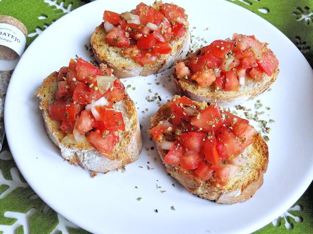 Włoska bruschetta ze świeżymi pomidorami, czosnkiem i ziołami