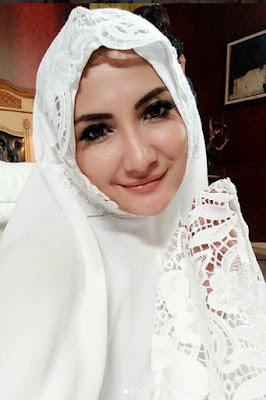 keluarga Islam, Natalie Sarah pakai mukena