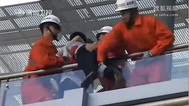 Ciuman Gadis Muda menggagalkan serorang pria muda bunuh diri