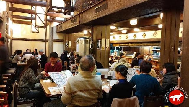 Intérieur de TORISEI izakaya de Fushimi à Kyoto au Japon