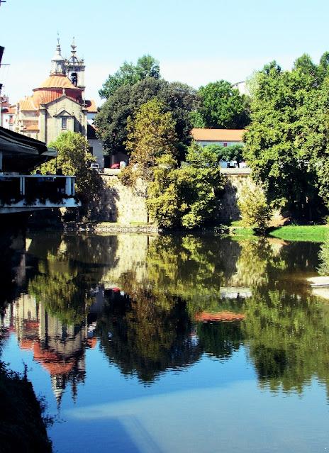 rio Tamega refletindo a igreja de São Gonçalo
