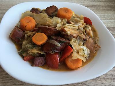 Kapusta z kiełbasą, boczkiem i ziemniakami