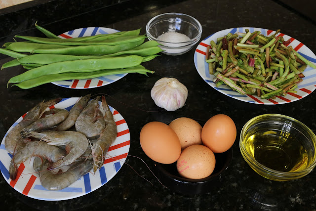 Ingredientes para revuelto de tagarninas, judías verdes y langostinos