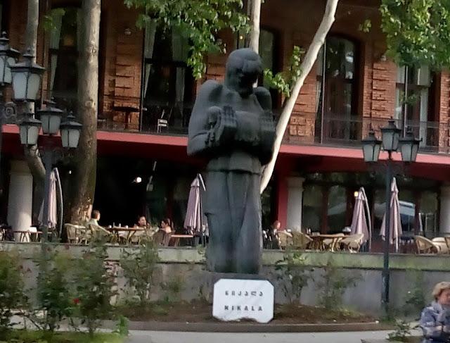 ピロスマニの銅像