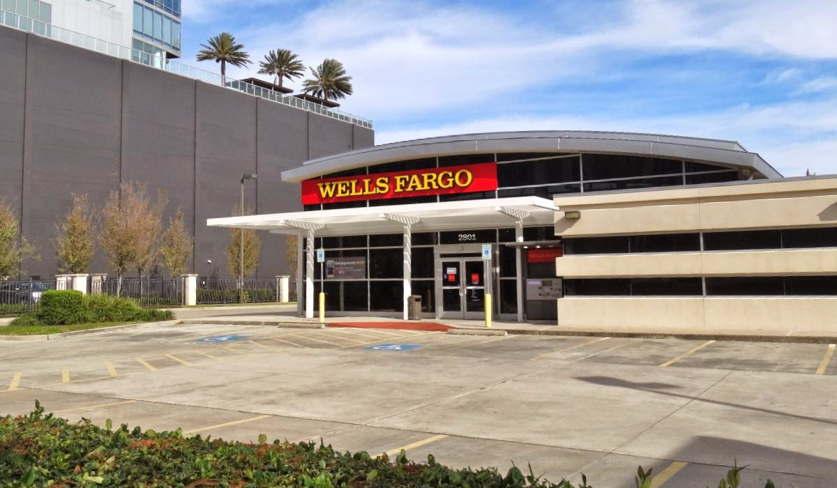 Wells Fargo Bank Branch Location on Kirby at the Condo Tower (photo)