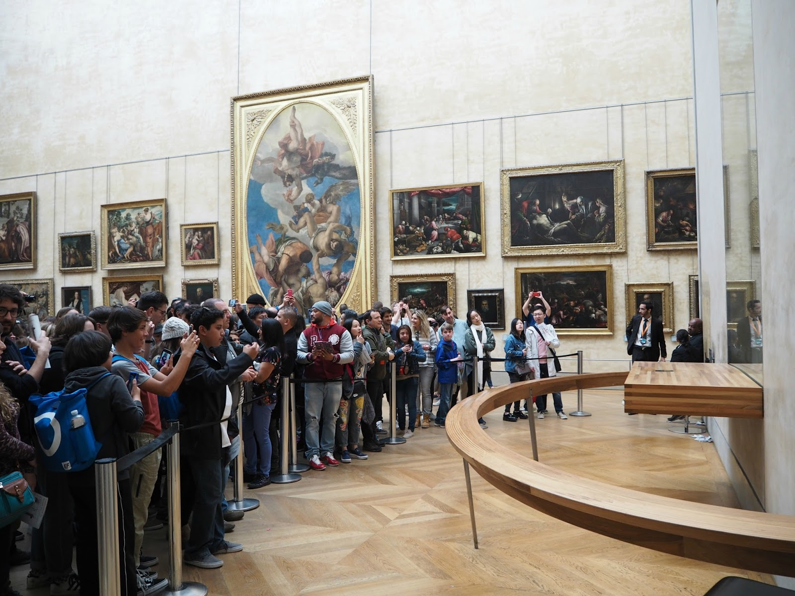 tourists around the mona lisa louvre paris