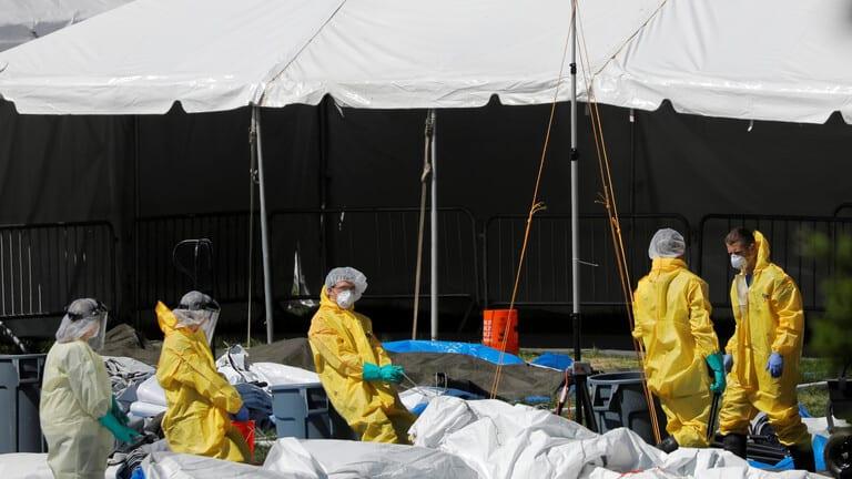 نحو-900-حالة-وفاة-وأكثر-من-22-ألف-إصابة-جديدة-بكورونا-في-الولايات-المتحدة/