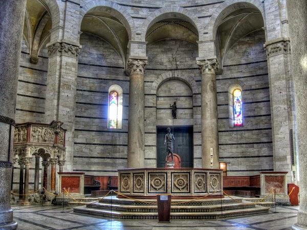 Interior del Baptisterio (Pisa, Italia)
