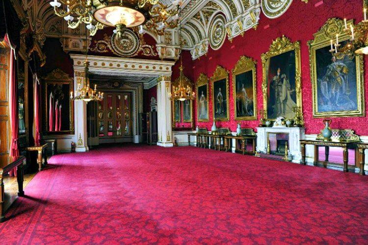 Buckingham Palace'da her bankanın bankamatikleri mevcuttur, bodrum katında yer almaktadır.