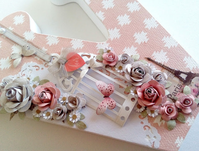 Letra de madera decorada con tematica romantica
