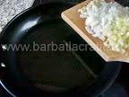Musaca de dovlecei cu carne preparare reteta - calim in tigaie ardeiul, ceapa si usturoiul
