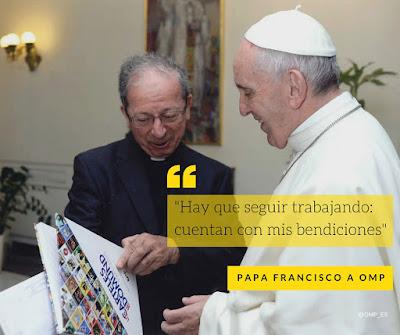 Anastasio Gil director de OMP España le enseña al Papa Los carteles del Domund