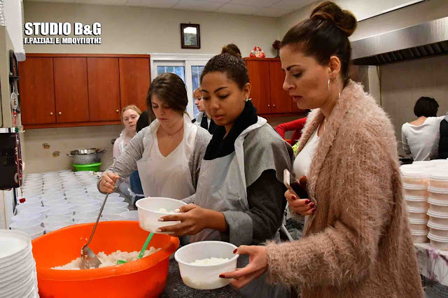 Φοιτητές από Αμερικανικό Πανεπιστήμιο μαγείρεψαν στο συσσίτιο Ευαγγελίστριας στο Ναύπλιο (βίντεο)