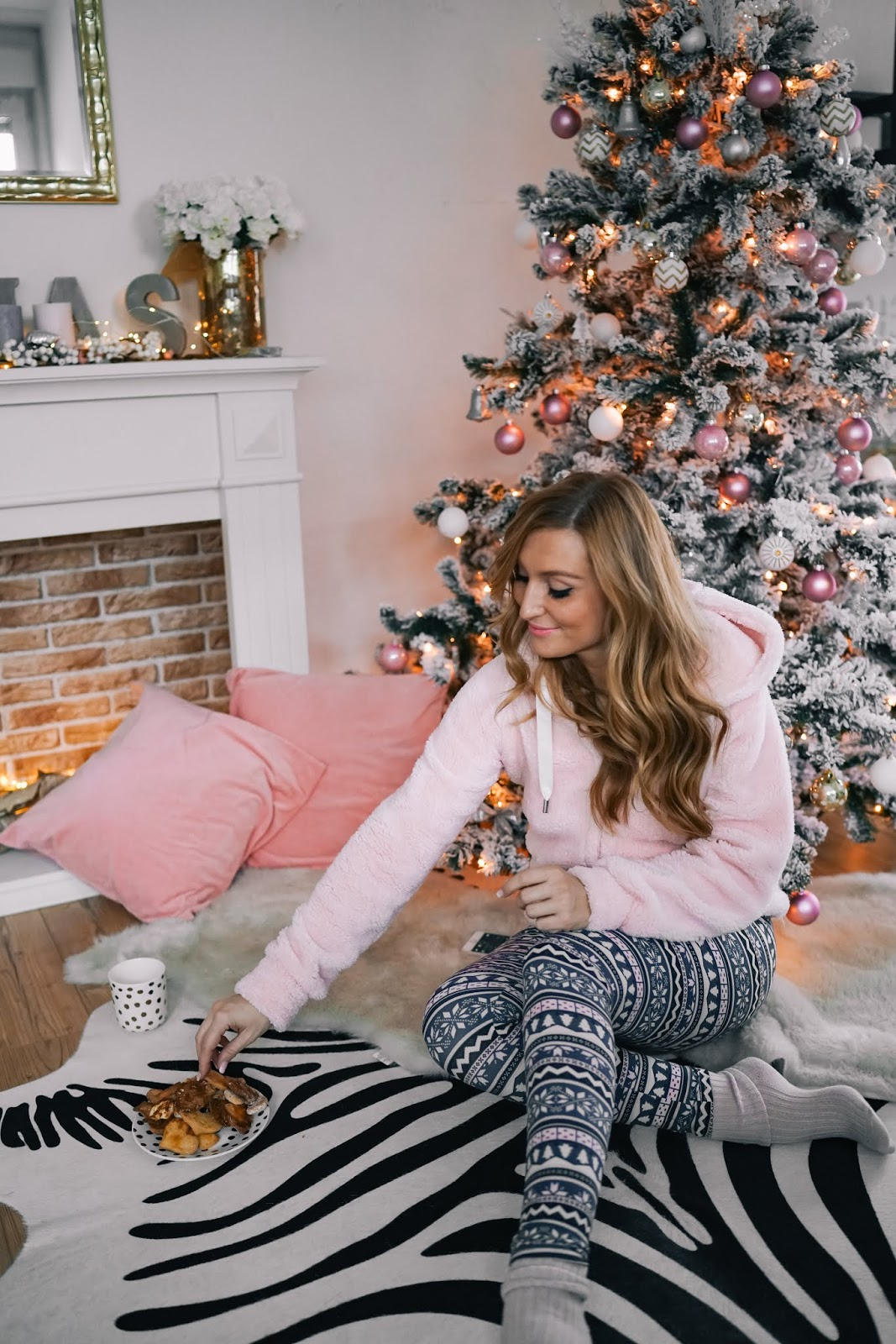 Gemütliches-Weihnachtsoutfit-rosa-kuschel-jacke-cozy-homeoutfit-rosa-Pullover-Homelook-gemütliches-outfi-fashionstylebyjohanna-blogger-aus-frankfurt