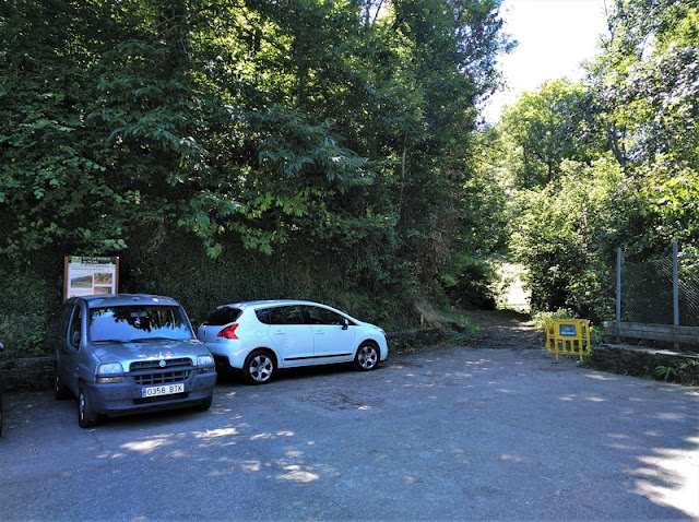 Inicio del sendero del Bosque de Moal junto a la pista polideportiva