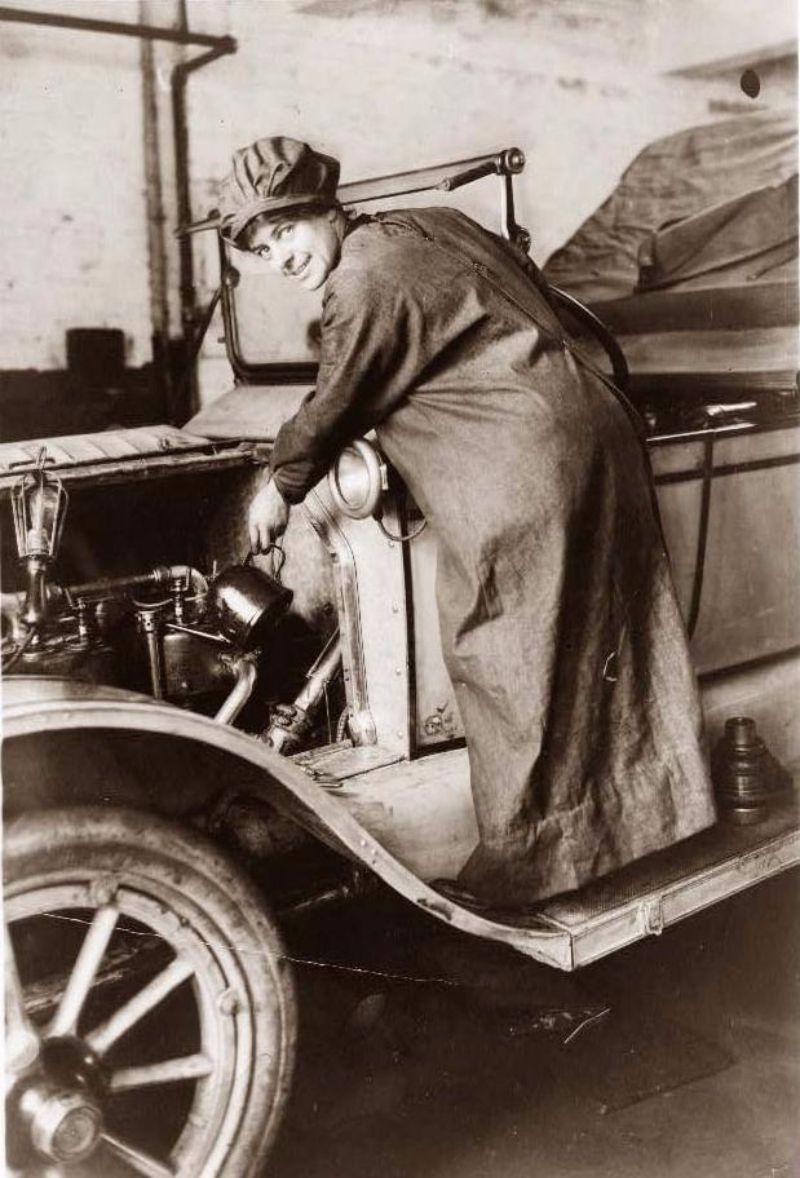 Who Says Girls Can\'t Repair Cars? Check Out These 21 Amazing ...