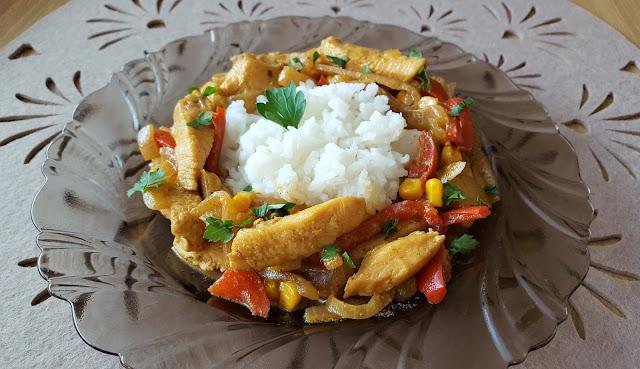 Kurczak w curry z papryką.