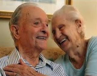 L'uomo anziano e la moglie affetta da Alzheimer