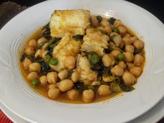 Potaje de garbanzos con bacalao, espinacas y guisantes