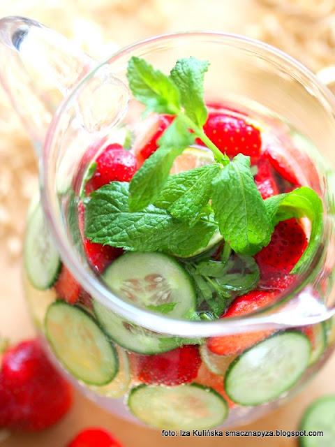 domowa woda owocowa , napoje orzeźwiające , napój truskawkowo ogórkowy , woda truskawowo ogórkowa , letnie napoje , wody smakowa , co pić podczas upałów