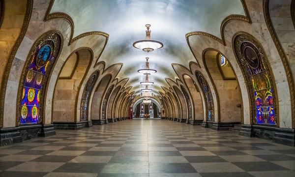 Семь граждан Китая упали с эскалатора в метро Москвы при попытке сделать селфи