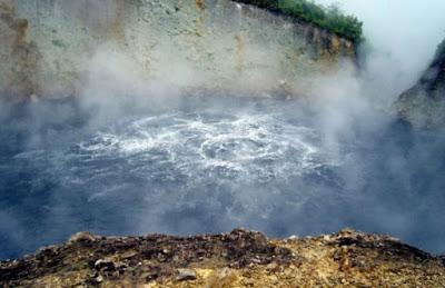 Danau Boiling, Dominika ini memiliki suhu panas yang tinggi mencapai 82-91,5 Derajat Celcius.