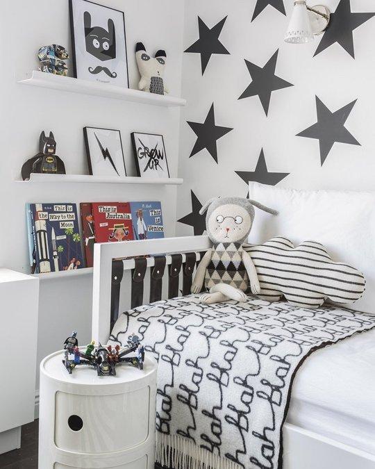 cama y libreria niños en blanco y negro con pared de vinilos estrellas