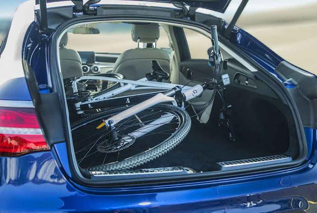 Cốp sau Mercedes GLC 300 4MATIC Coupe 2017 thiết kế rộng rãi, thoải mái