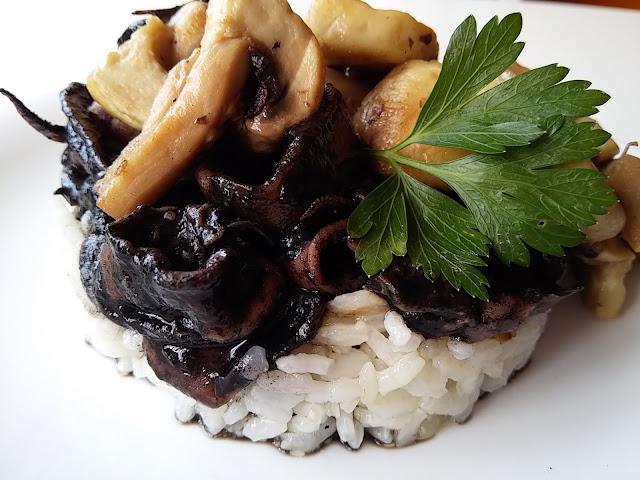 Chipirones en su tinta con arroz y champiñón