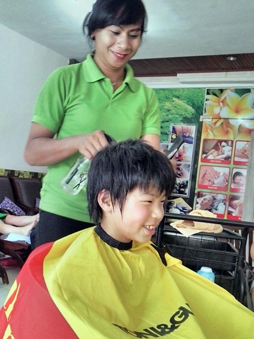 バリのオカマちゃんに髪を切ってもらう息子