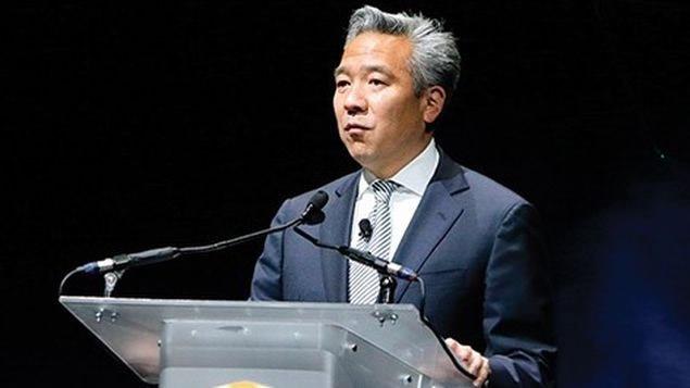 Nueva York. El presidente y consejero delegado de Warner Bros., Kevin Tsujihara, dejó el cargo en medio de un escándalo por una supuesta relación con una joven actriz a la que prometió papeles en varias películas.