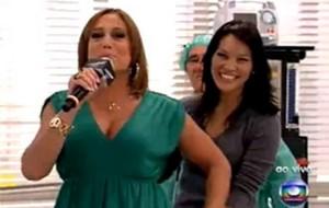 Suzana Vieira arranca microfone de Geovanna Taminaga ao vivo no Video Show