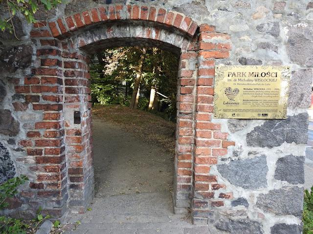 niepozorna brama kryje wejście do pięknego parku w Lubniewicach