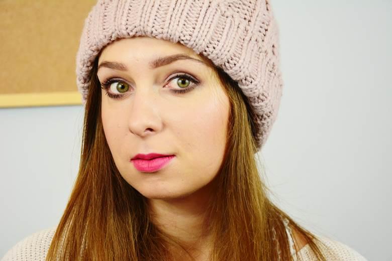 wpływ noszenia czapki na włosy