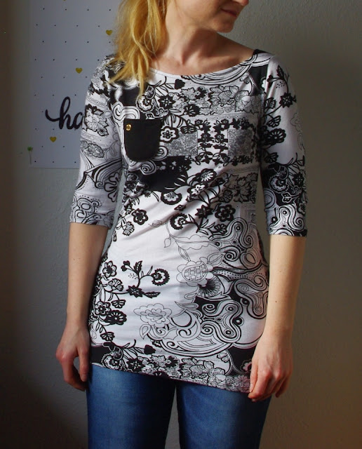 Frau mit Shirt Frau Marlene aus Stoff mit Blumen Schnittmuster von frizi & schnittreif selbst genähte Damen Oberteil Longsleeve mit Schultereinsätzen Schwarz Weiß