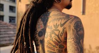 «Χτύπησε» 442 τατουάζ λογότυπων για να μπει στα Γκίνες