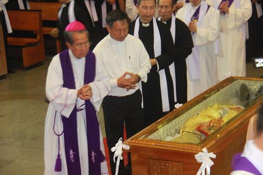 Ngày thứ Ba: Kính viếng và cầu nguyện cho Đức cha Phanxicô Xaviê Nguyễn Văn Sang - Ảnh minh hoạ 56