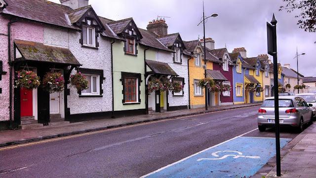 Imagem de casas pequenas geminadas ao longo da rua